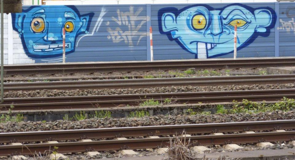 Graffiti Düsseldorf streetart düsseldorf blue heads an den bahngleisen und jetzt auch